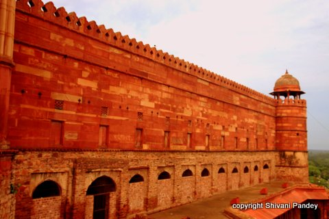 Wall outside the Buland Darwaza